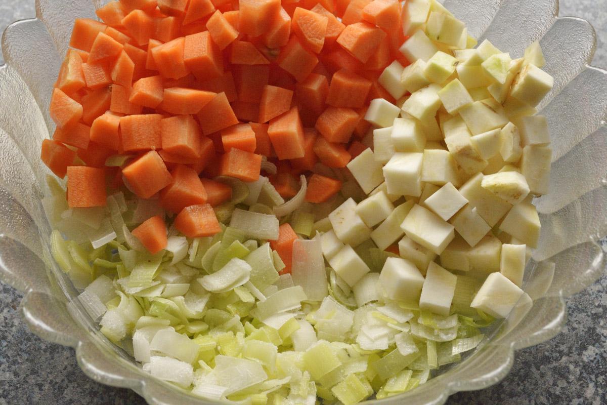 Beim Suppengrün kannst Du nach Geschmack variieren. Sellerie gibt ein schönes, herbes Aroma. Karotten sind für die eher süßliche Note zuständig und der Lauch macht die Soße sämig.