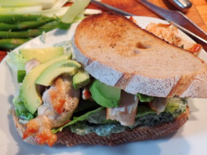 Slaters Lieblingssandwich: Huhn, Salat, grüner Spargel, Frühlingszwiebeln, Kräutermayo...