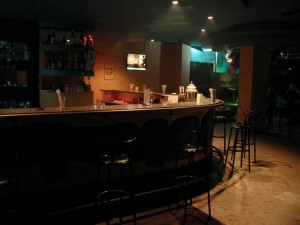 bar-pub-at-night-725x544